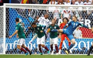الصورة: الألمان طاردوا الكرة 90 دقيقة..وفي الأخير فازت المكسيك