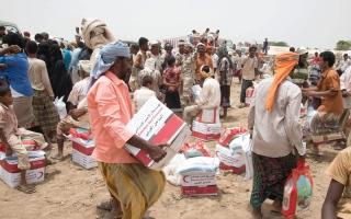 الصورة: «الهلال» تبدأ توزيع المساعدات الإنسانية والغذائية على أهالي المناطق المحررة في الحديدة