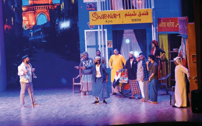 بدخون العود والعنبر ذات الطابــــع الهندي استقبل العرض جمهوره الذين استلموا بطاقاتهم من عامـــل بملابسه الهنديــــة.  الإمارات اليوم