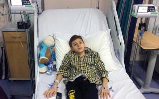 الصورة: متبرعة تسدِّد كلفة جهاز تنظيم السكر للطفل «بسام»