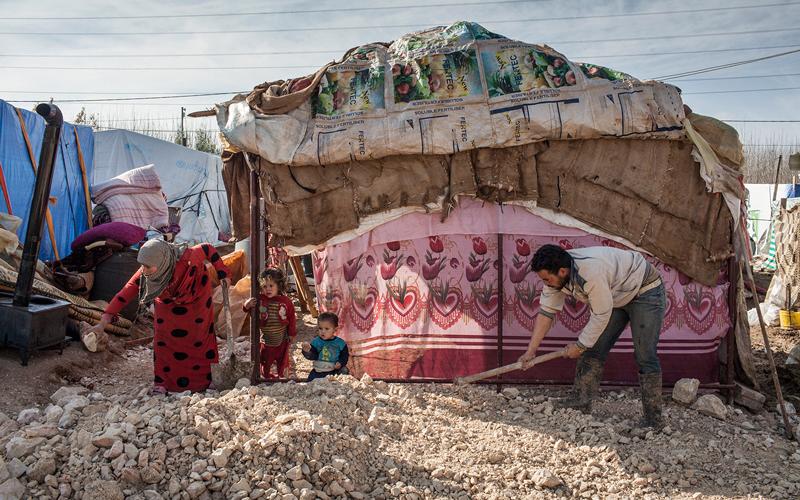 جواهر بنت محمد القاسمي مع الأطفال اللاجئين والمحتاجين. من المصدر