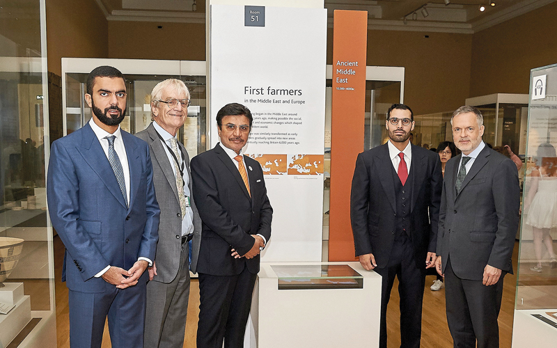 (من اليمين) هارتوج فيشر، محمد خليفة المبارك، سليمان حامد المزروعي، ريتشارد لامبرت، وسيف سعيد غباش. من المصدر