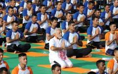 الصورة: آلاف يشاركون رئيس وزراء الهند في اليوم العالمي لليوغا