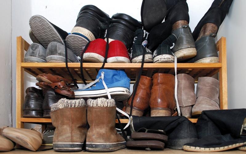 الصورة: 5 طرق غير تقليدية للتخلّص من رائحة الحذاء الكريهة