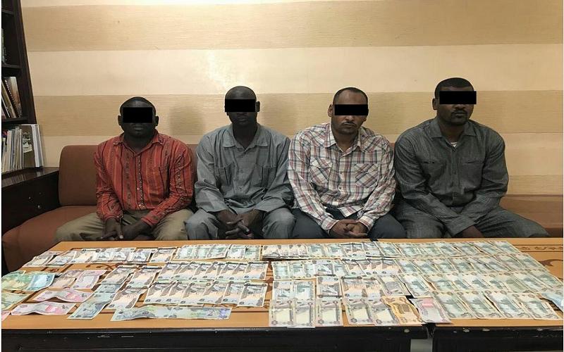 الصورة: القبض على عصابة عربية سرقت 130 ألف درهم في عجمان