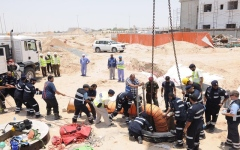 الصورة: إنقاذ عامل سقط في حفرة بأبوظبي