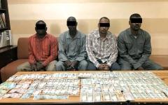 الصورة: ضبط 4 متهمين بسرقة 130 ألف درهم من أحد عملاء البنوك