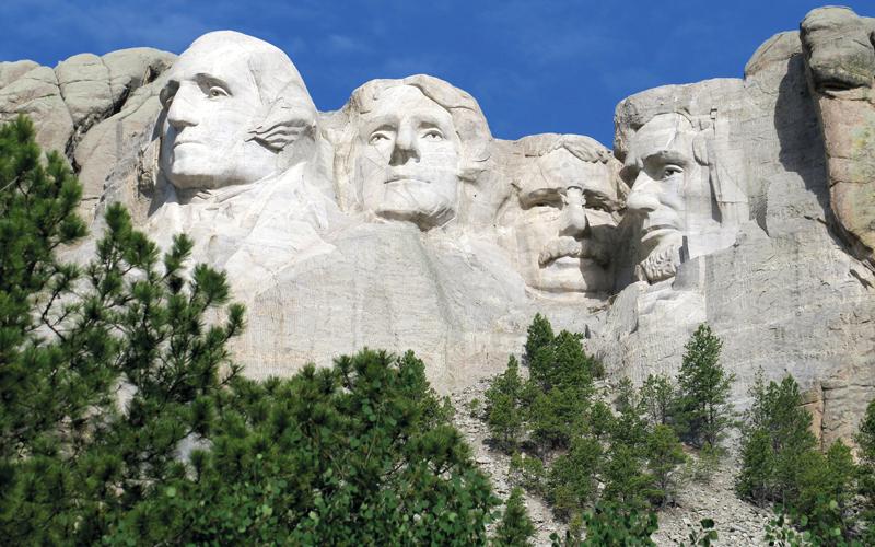 تشهد مدينة رابيد سيتي تجمّعاً لجميع الرؤساء السابقين للولايات المتحدة الأميركية حتى الرئيس باراك أوباما.  د.ب.أ