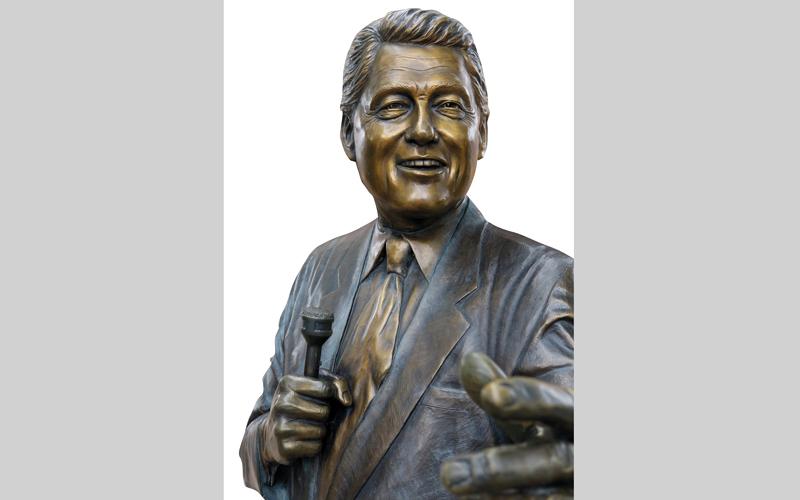 يوجد العديد من التماثيل البرونزية في «مدينة الرؤساء» بوسط مدينة رابيد سيتي، مثل تمثال بيل كلينتون. د.ب.أ
