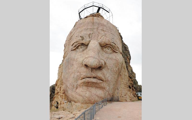 ارتفاع الوجه بالنصب التذكاري كريزي هورس يبلغ نحو 27 متراً. د.ب.أ