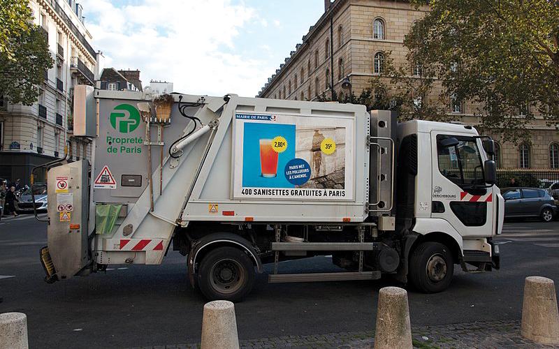 تنفق باريس نحو 550 مليون يورو (647 مليون دولار) سنوياً على النظافة وتعهدت في بداية عام 2018 بفعل المزيد. غيتي