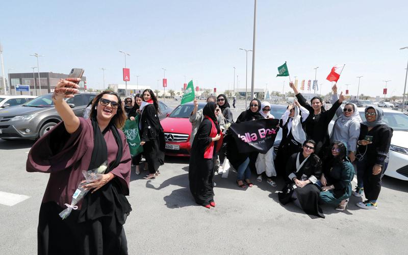 فتيات سعوديات قدن سياراتهن إلى البحرين ليحتفلن مع صديقات بحرينيات. غيتي