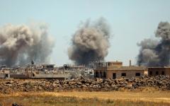 الصورة: غارات على درعا.. وقوات النظــام السوري تسعى إلى عزل مناطق سيطــــرة المعارضة