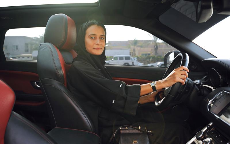 ريم المقيمة في الإمارات توجهت إلى الحدود البرية الإماراتية السعودية عشية تطبيق القرار 24 يونيو الجاري.  تصوير: يوسف الهرمودي
