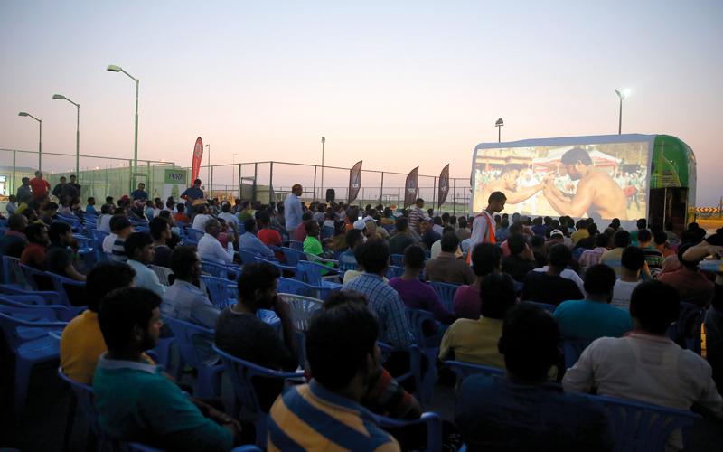 خلال عرض الفيلم السينمائي الهندي «سلطان».  من المصدر
