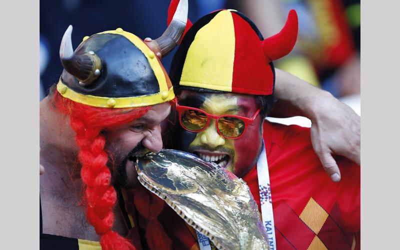 مشجّعان بلجيكيان ارتديا الزي التقليدي في ملعب كالينينغراد الذي استضاف مباراة إنجلترا وبلجيكا، أول من أمس. أ.ب