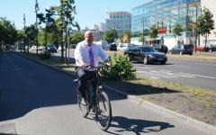 الصورة: وزير على متن دراجة