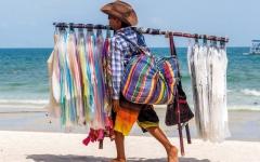 الصورة: «شواطئ آمنة» تطرد الباعة المتجولين من الساحل الإيطالي