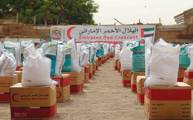 «الهلال» وزعت 5000 سلة غذائية على أهالي المناطق المحررة في الحديدة. وام