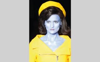 الصورة: «موسكينو».. نُسخ «فضائية» زرقاء وخضراء من جاكلين كينيدي