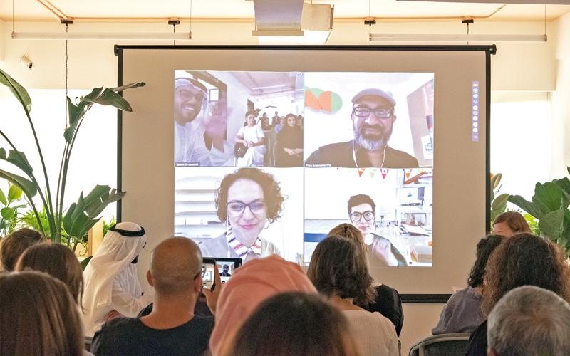 سالم القاسمي خلال المؤتمر: عالمية الفنون عموماً يجب ألا تكون على حساب إذابة الملامح والسمات المحلية. تصوير: أحمد عرديتي