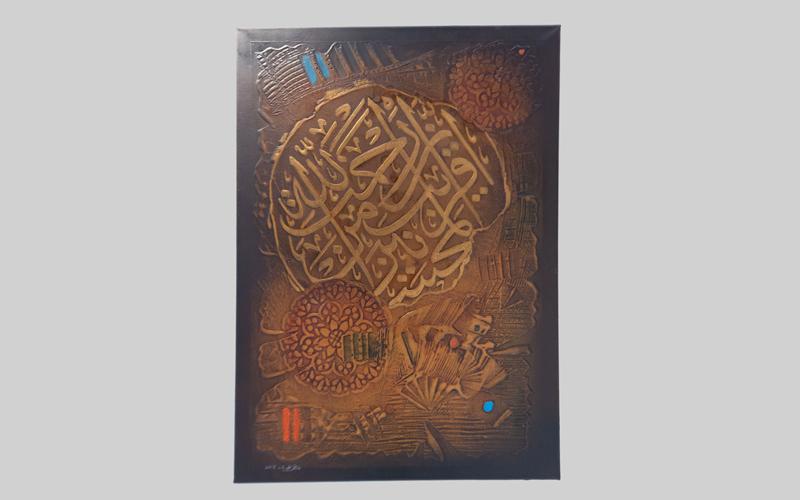 الأعمال الخطية مزجت بين جمال اللون والحرف وجاءت خارجة عن السياق الكلاسيكي للخط العربي. تصوير: أحمد عرديتي