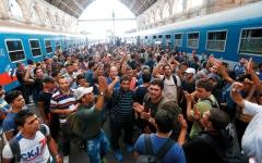 الصورة: مستقبل المستشارة الألمانية مرهون بحلّ أزمة المهاجرين