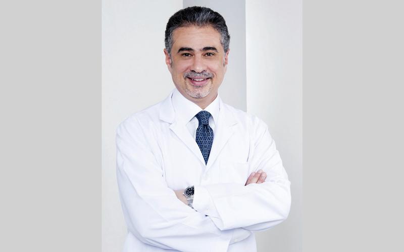 الدكتور هاني سكلا: «تسبب العدسات حدوث جفاف في العين،وحكة وتقرحات في القرنية».