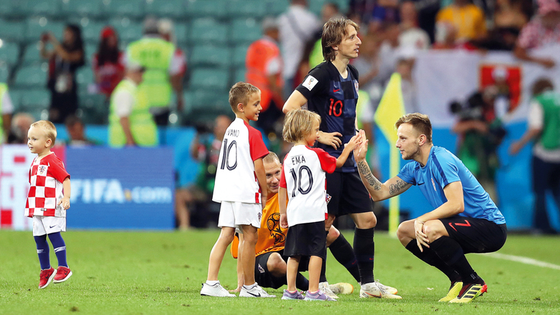 بعد فوز كرواتيا على روسيا.. لوكا مودريتش يحتفل مع ابنه إيفانو وعدد من الأطفال داخل الملعب. وكالات