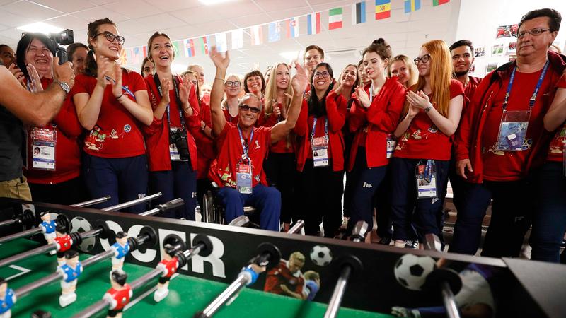 نشاطات رياضية واجتماعية للمشاركين المتطوعين للعمل في المونديال. رويترز