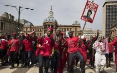 الصورة: سياسيون يحضّون شعب جنوب إفــــريقيا على الاستيقاظ للمطالبة بأرضه