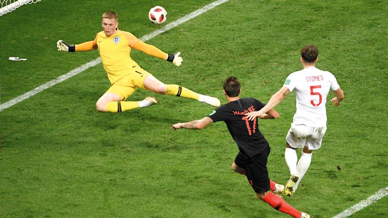ماندزوفيتش يسجل هدف الفوز في شباك إنجلترا. أ.ف.ب