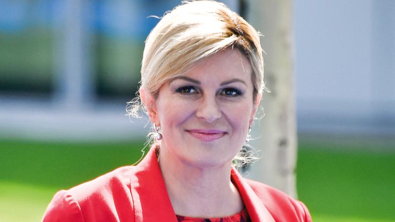 الرئيسة الكرواتية قضت وقتاً طيباً في روسيا بين فريقها.  أ.ف.ب