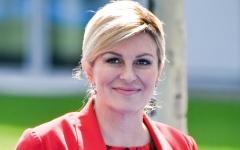 الصورة: الرئيسة الكرواتية.. أخلاقيات عالية ومشجّعة أولى لفريق بلادها لكرة القدم