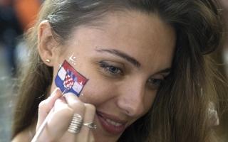 الصورة: «فيفا» يطالب القنوات بعدم بثّ لقطات لحسناوات المدرجات