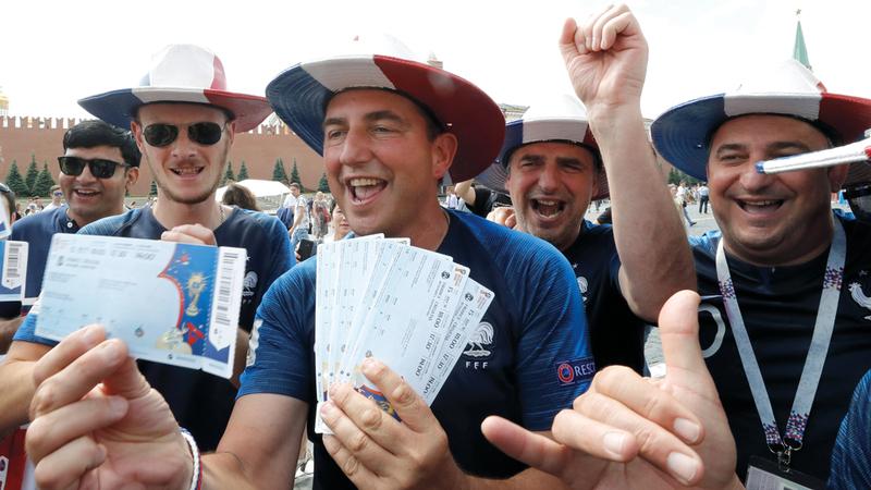 مشجّعان فرنسيان يحتفلان بالحصول على تذاكر المباراة النهائية بين فرنسا وكرواتيا غداً. إي.بي.إيه