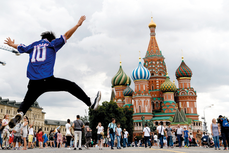 مشجّع يرتدي قميص زيدان متحمّس للمباراة النهائية بين فرنسا وكرواتيا غداً. أ.ف.ب