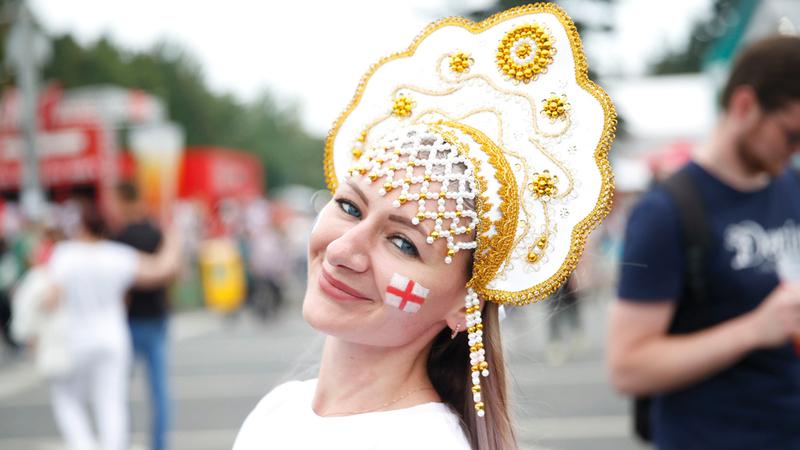 فتاة إنجليزية تبتسم خلال متابعة مباراة «الأسود الثلاثة» و«الشياطين الحمر».  أ.ف.ب