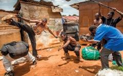 الصورة: مخرج أوغندي يصنع أفلام «أكشن» محلية ناجحة