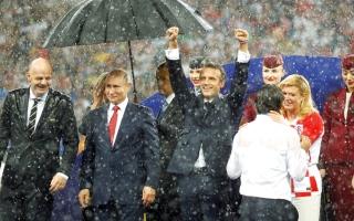 الصورة: ألمان ينتقدون تعامل بوتين مع أمطار «كأس العالم»