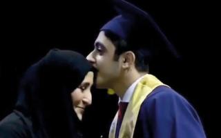 الصورة: بالفيديو.. طلبة يفاجئون مديرة مدرستهم بتقبيل رأسها أثناء حفل التخرّج