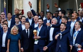 الصورة: بالصور.. ماكرون يستقبل لاعبي منتخب فرنسا وأسرهم في الإليزيه