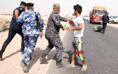 الصورة: الشرطة العراقية تستخدم الهراوات لتفريق محتجين أمام حقل «الزبير» النفطي