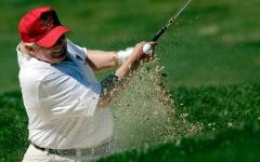 الصورة: ترامب يلعب الجولف في منتجعه في اسكتلندا بأموال الحكومة الأميركية