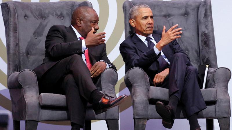 رامافوسا يتحدث إلى أوباما أثناء المشاركة  في حفل ذكرى ميلاد مانديلا. رويترز