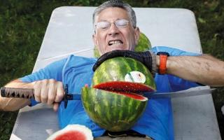 الصورة: أميركي يحافظ على عرش «ملك تقطيع البطيخ»