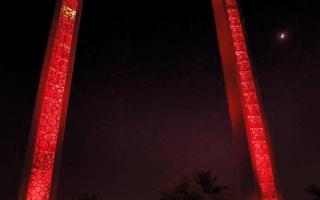 الصورة: برواز دبي يضيء بلون  العَلَم الصيني