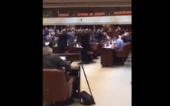 الصورة: بالفيديو.. تمزيق قانون «يهودية إسرائيل»..ورميه بوجه نتنياهو
