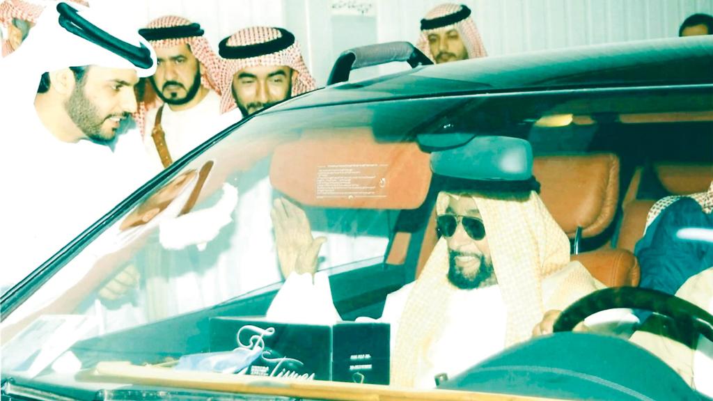 الشيخ زايد خلال زيارته مصنع الإمارات للتمور في العين.. والعامري ضمن مستقبليه. من المصدر