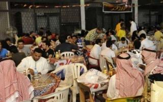 الصورة: إغلاق مطعم سعودي لرفضه دخول الزبائن بالزي الوطني